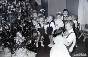 Детский сад Силикатного з-да (КСМ-24). Праздник Новогодней ёлки, 1961-62 г. Мальчик у ёлки с белым бантом - Усов Толя