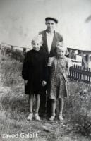 Пос. Главмосстроя, берег Москвы-реки, 1961 г. Усов Егор Петрович, слева - Москвина Нина, справа - Высовненко ()